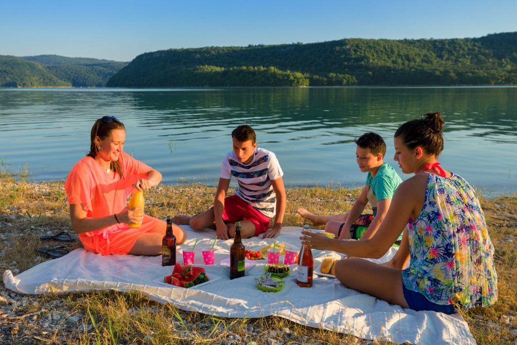 Pique-nique entre amis à la plage de la Mercantine, © Stéphane Godin/Jura Tourisme