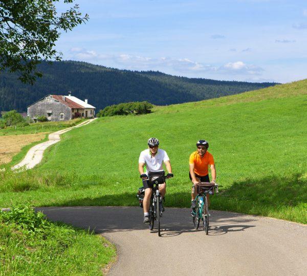 Cyclistes en itinérance dans le Haut-Jura