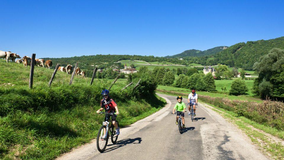 Cycliste vers le Château de Cornod © Stéphane Godin/Jura Tourisme