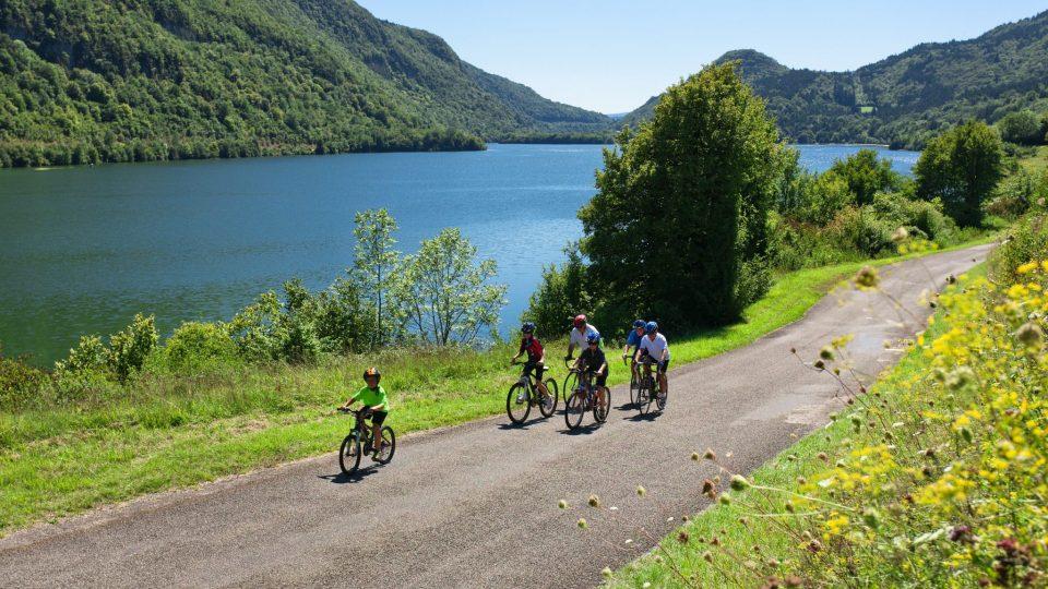 Cyclos au lac de Coiselet  © Stéphane Godin/Jura Tourisme
