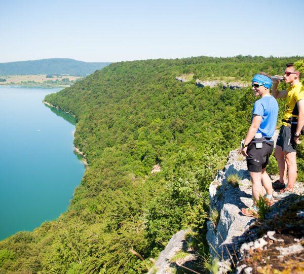 Trail au belvédère de Fontenu - Vue sur le lac de Chalain, © Benjamin Becker/Jura Tourisme