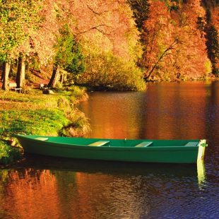 Barque de pêcheur sur le lac de Chalain en Automne