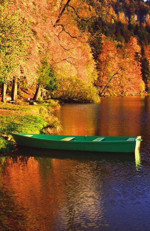 Barque de pêcheur sur le lac de Chalain en Automne © Stéphane Godin / Jura Tourisme