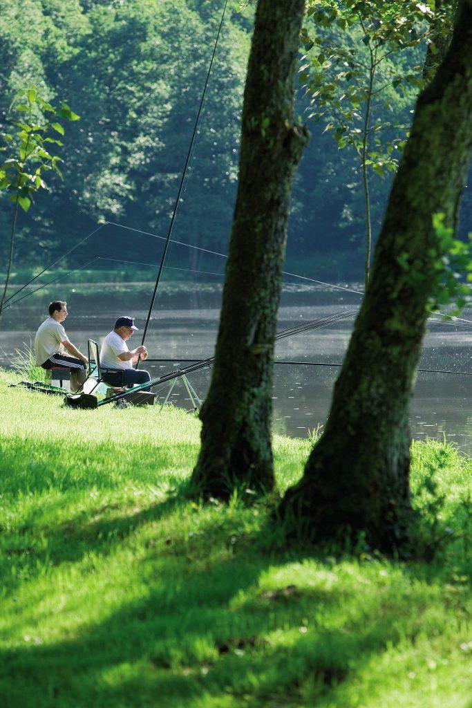 Pêcheurs sur les bords du lac de Vouglans © Stéphane Godin / Jura Tourisme