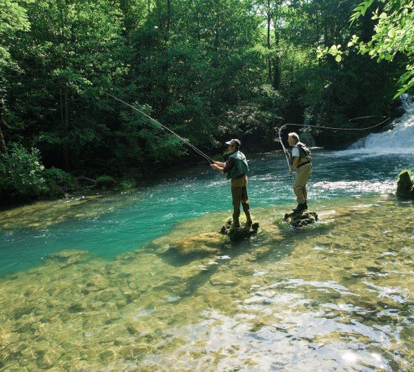 Pêcheurs à la mouche au pied des cascades des Planches près d'Arbois