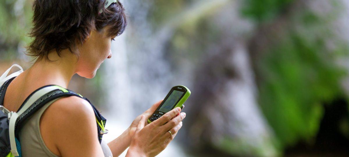 Randonneuse s'orientant avec un GPS