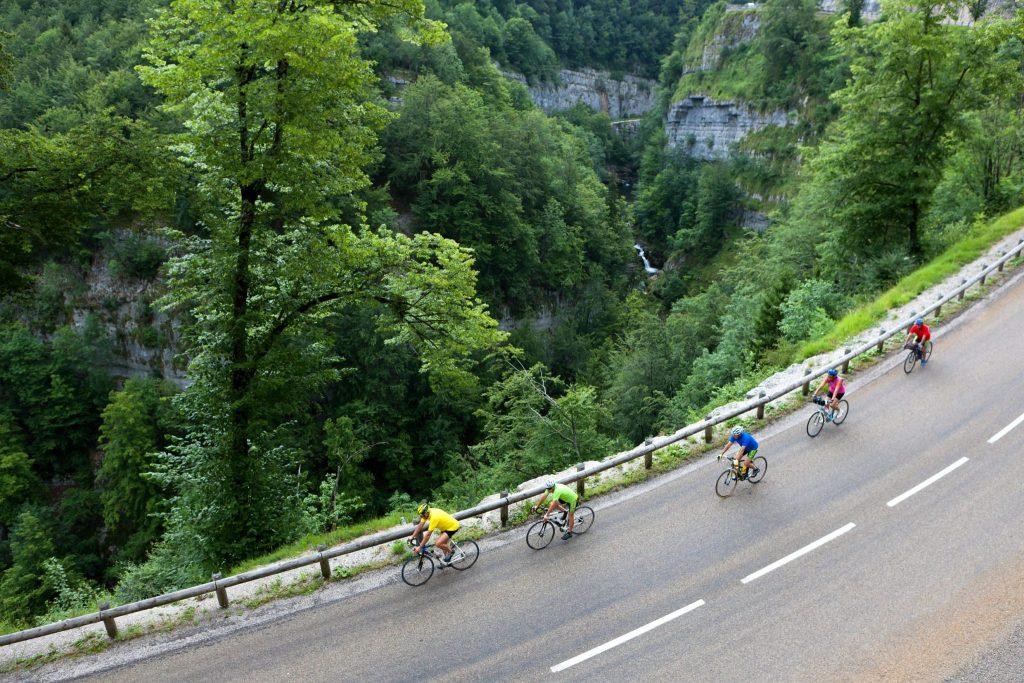 Cyclistes le long de la gorges de la Saine © Stéphane Godin/Jura Tourisme