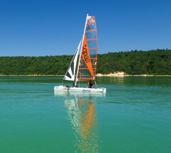 Catamaran à la base de Bellecin, © Stéphane Godin/Jura Toursime
