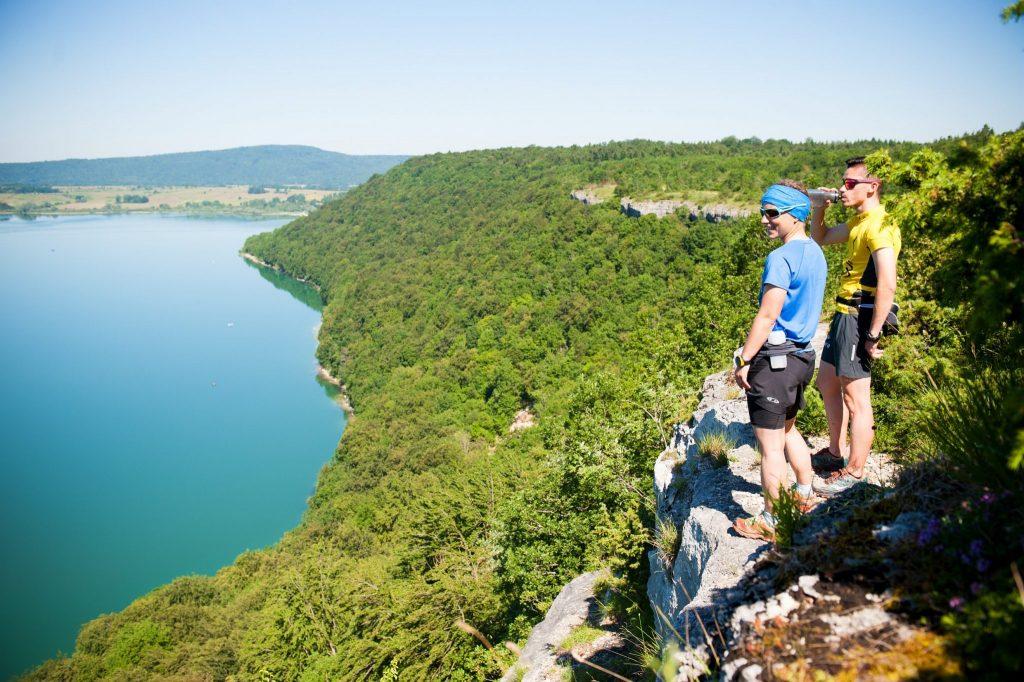 Trail au belvédère de Fontenu - Vue sur le lac de Chalain © Benjamin Becker/Jura Tourisme
