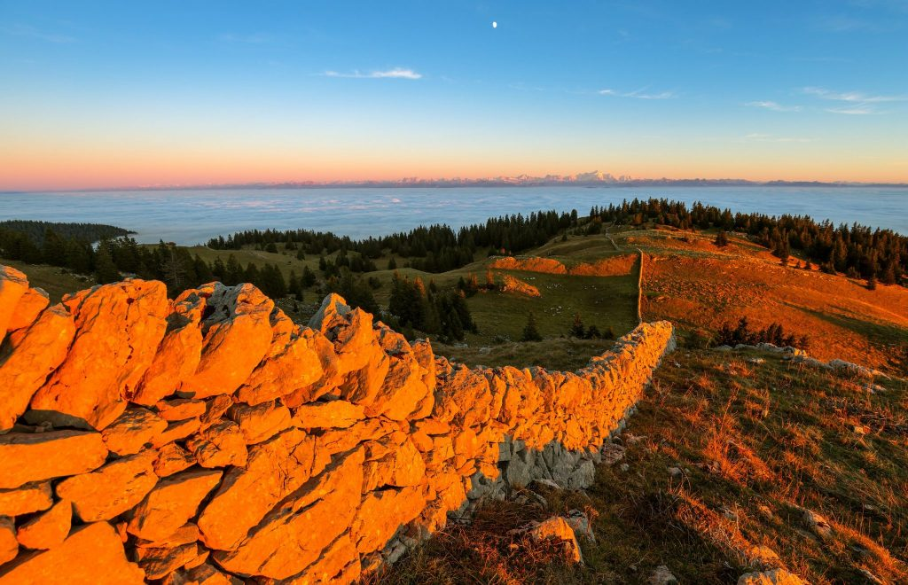 Murger et vue sur les Alpes en haut de la Dôle © Stéphane Godin/Jura Tourisme