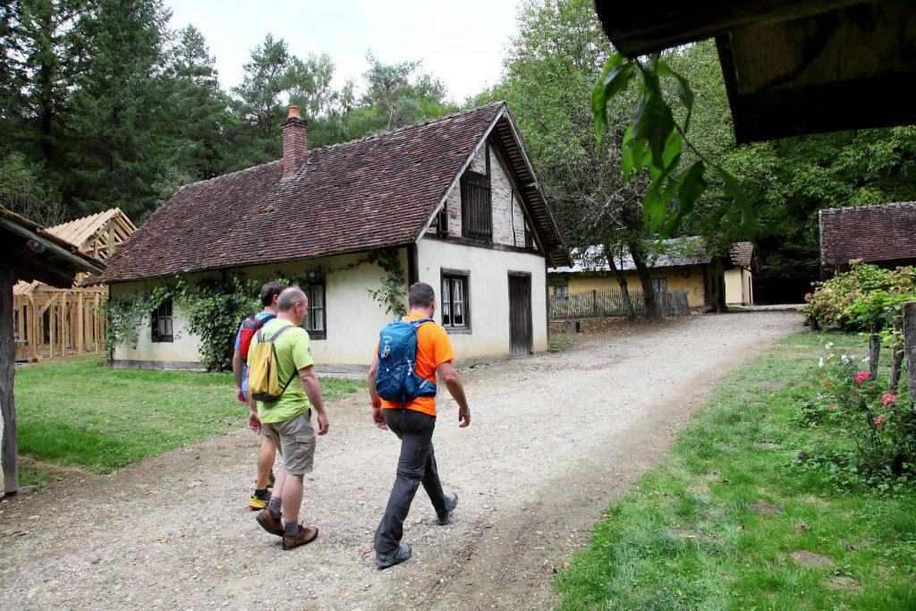Randonneurs aux baraques du 14 en forêt de Chaux © Vincent Gaudin/Jura Tourisme