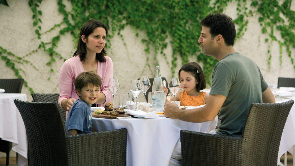 Famille au restaurant la Chaumière à Dole