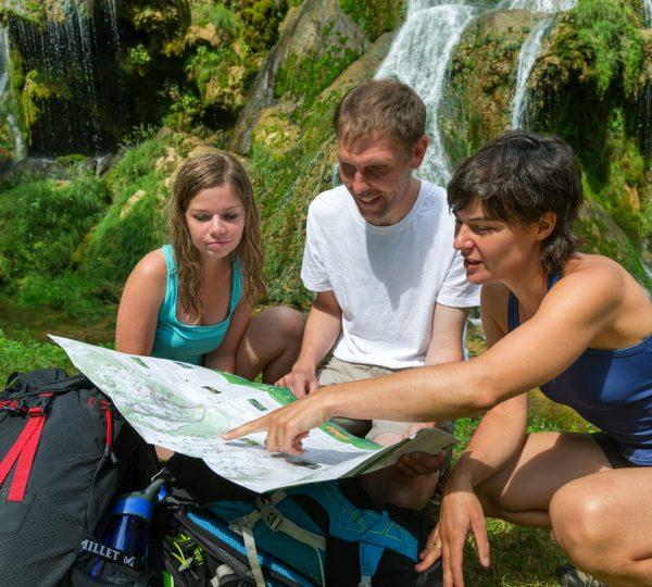 Randonneurs devant un cartoguide de randonnée