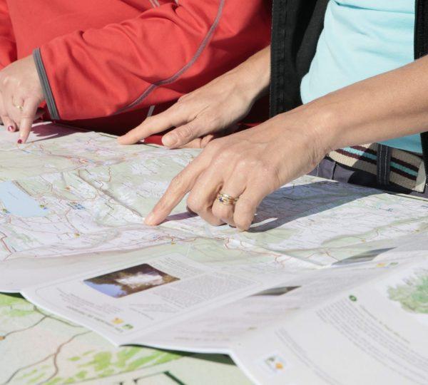 Lecture d'un cartoguide de randonnée