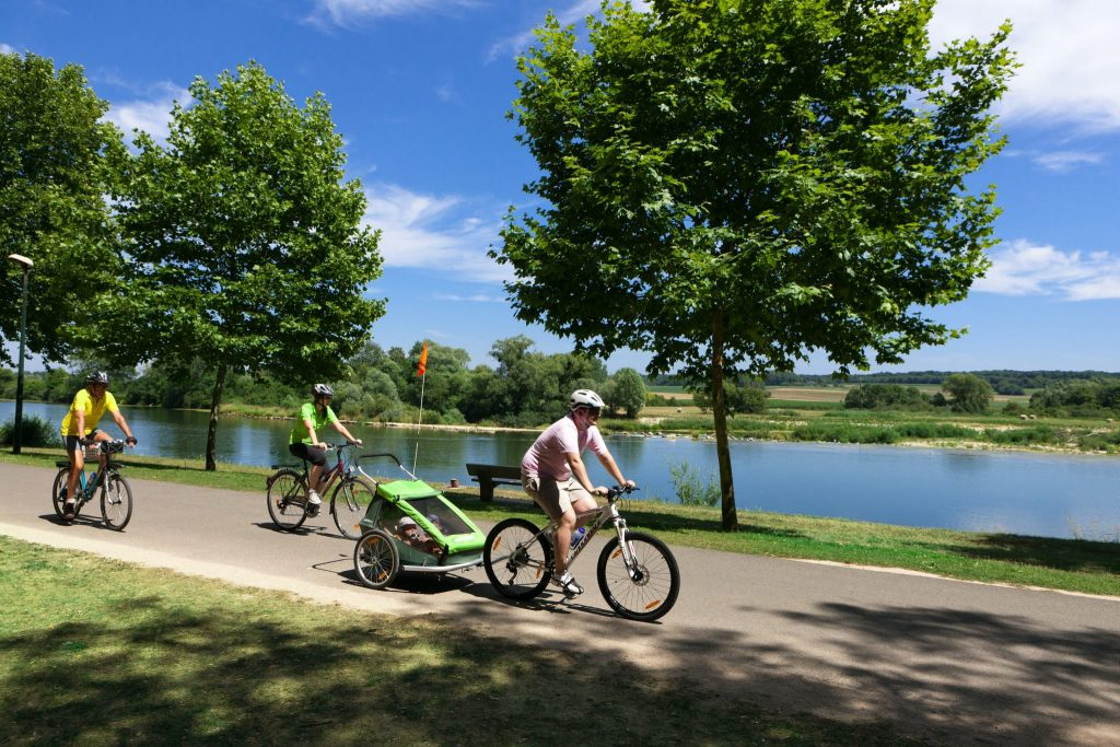 Cyclistes sur l'EuroVelo 6 à Rochefort-sur-Nenon © Stéphane Godin / Jura Tourisme