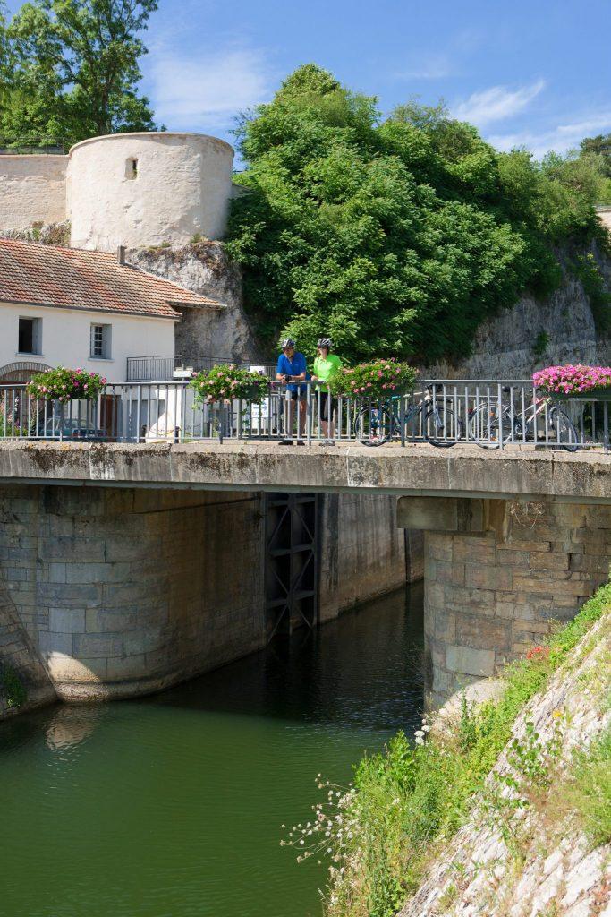 Famille à vélo sur une écluse de l'EuroVelo 6 à Rochefort sur Nenon