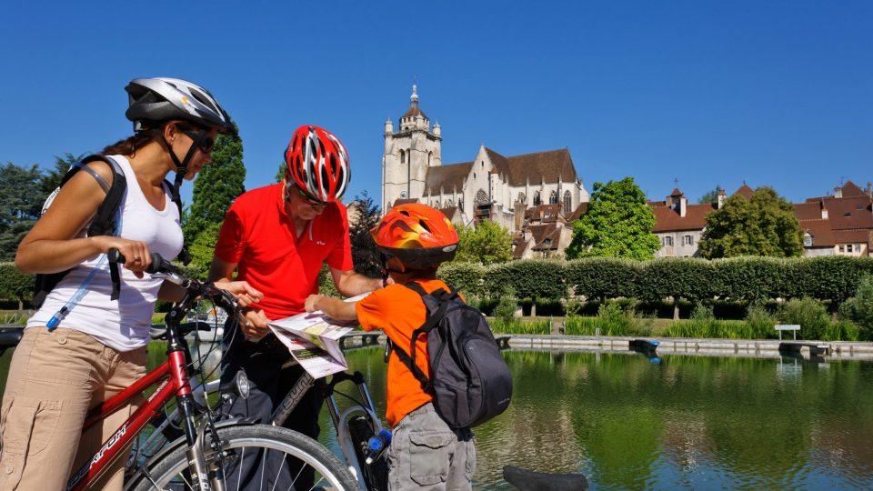 Famille à vélo sur l'EuroVelo 6 à Dole