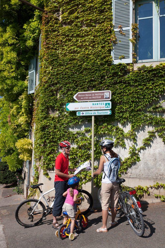 Famille à vélo sur l'EuroVelo 6 à Dole © Stéphane Godin / Jura Tourisme