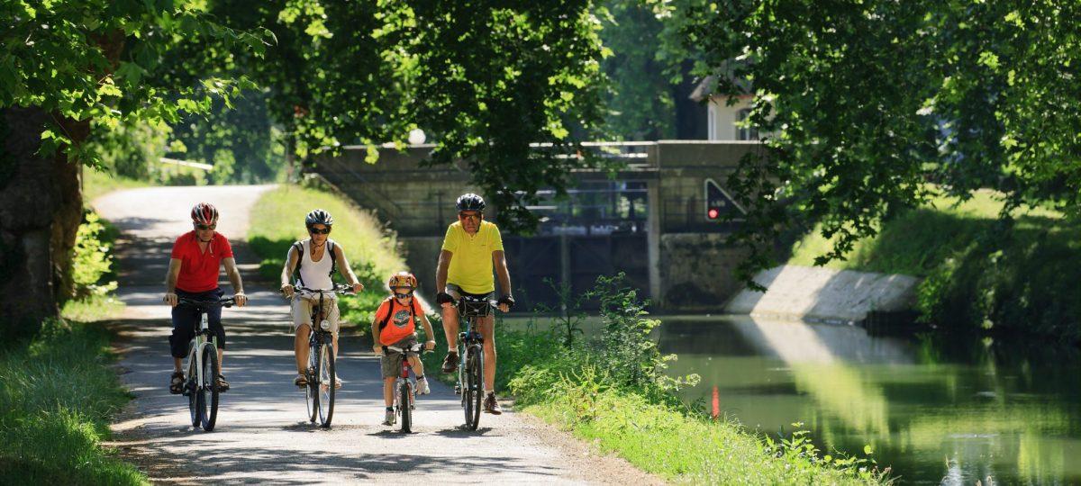 Famille sur l'EuroVelo 6 dans le Jura