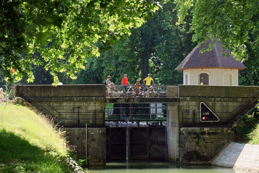Famille à vélo sur une écluse du canal du Rhône au Rhin le long de l'EuroVelo 6