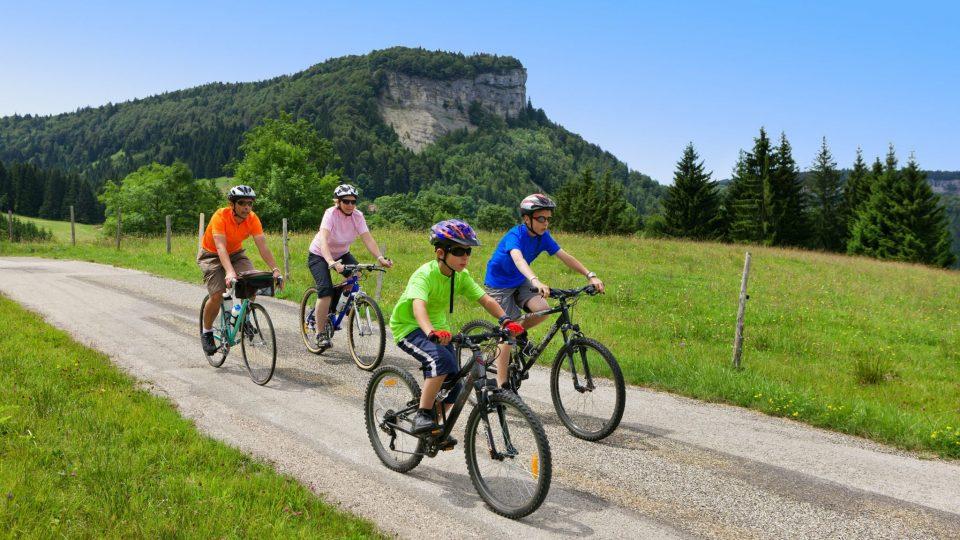 Famille en vélo à la Station des Rousses