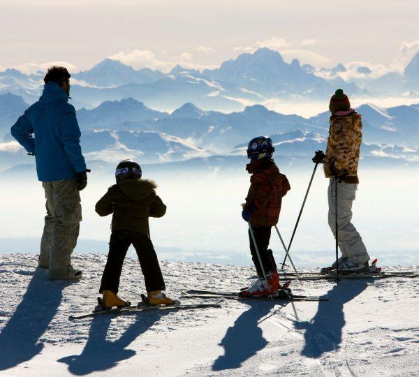 Famille en ski de descente à la Station des Rousses
