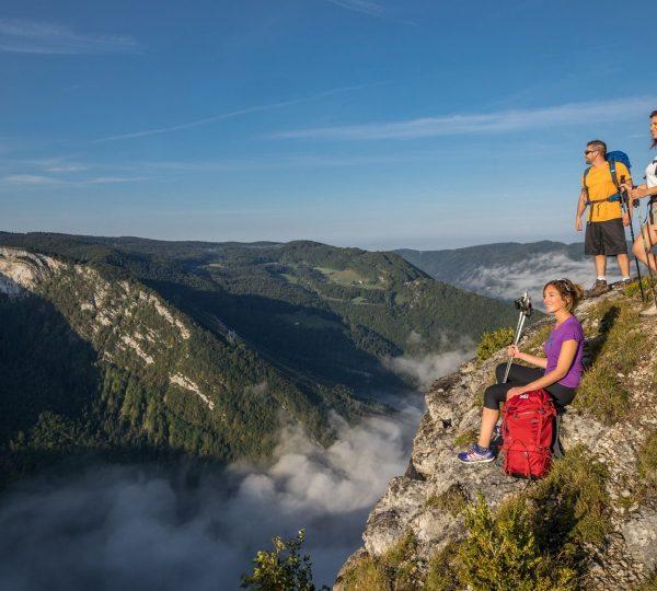 Randonneurs sur l'Échappée Jurassienne dans le Haut-Jura