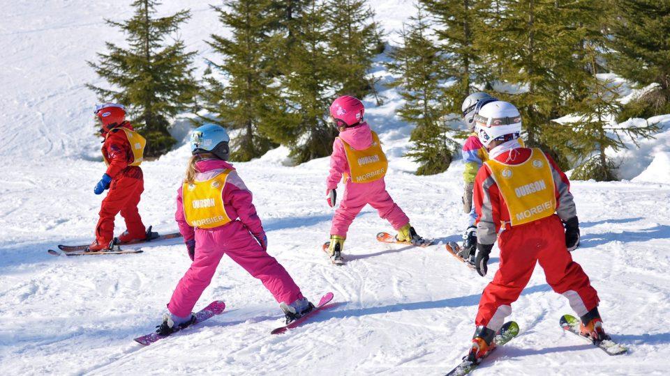 Enfants en apprentissage à l'école de ski