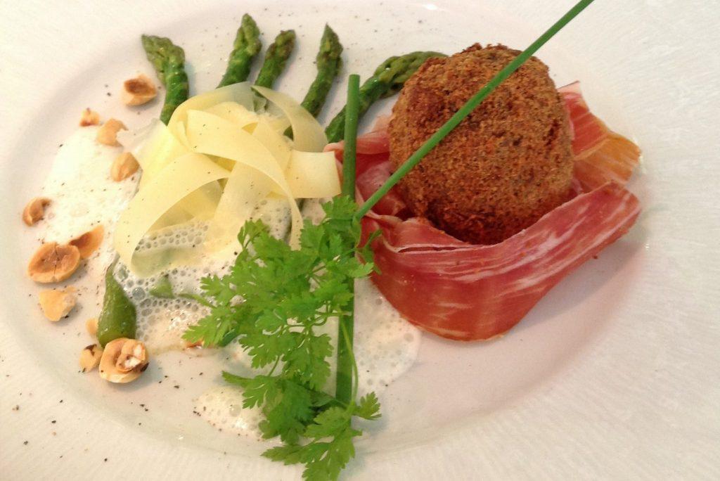 Oeuf bio cuit « mollet », pané à la noisette... © Hôtel-restaurant Parenthèse