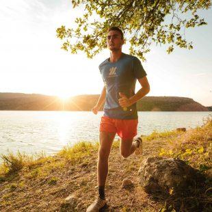 Trailleur le long du lac de Vouglans