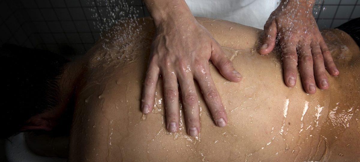Massage sous rampe d'eau salée aux thermes de Salins-les-Bains