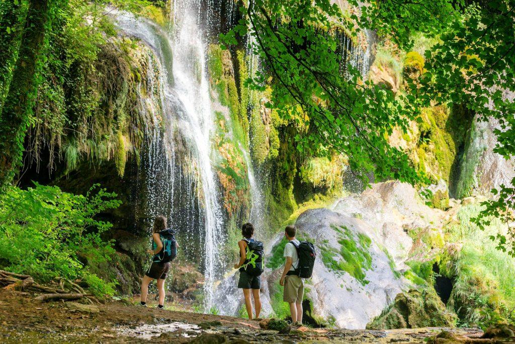 Randonneurs à la cascade de Baume-les-Messieurs © Stéphane Godin/Jura Tourisme