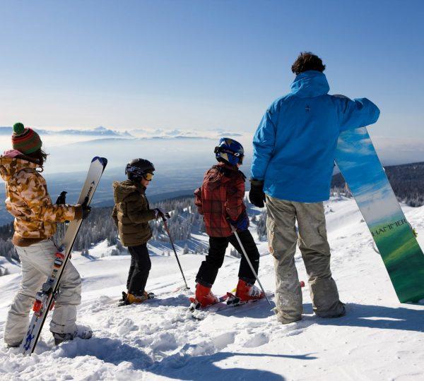 Famille en ski et snowboard sur la Station des Rousses