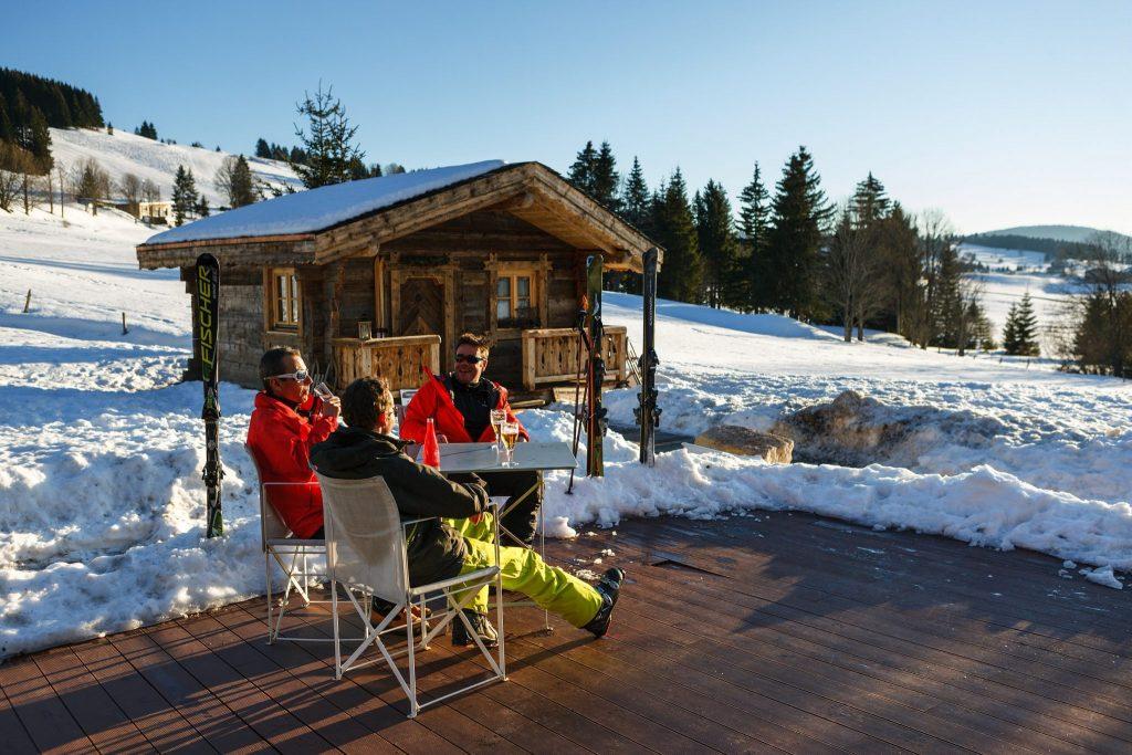 Pause en bas des pistes de ski alpin