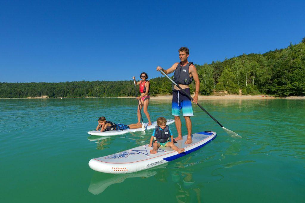 Stand up paddle en famille sur le lac de Vouglans © Stéphane Godin / Jura Tourisme