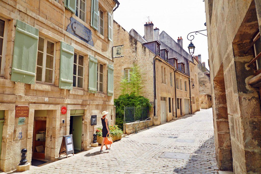 Devant la Maison natale de Pasteur à Dole © Maxime Coquard/Jura Tourisme