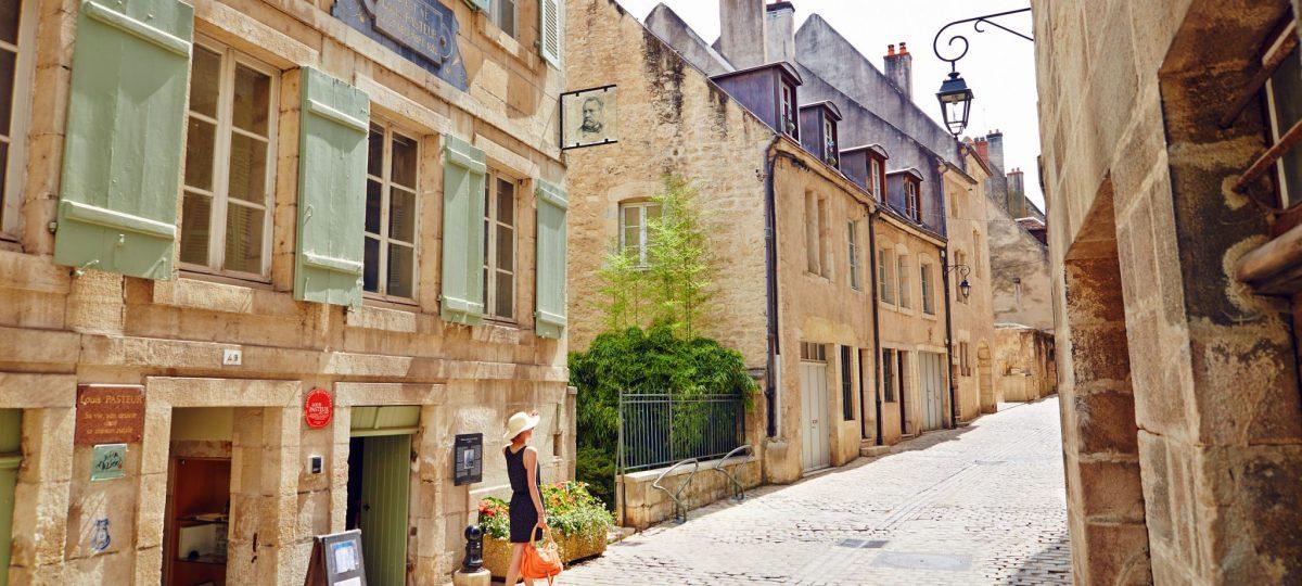 Devant la Maison natale de Pasteur à Dole