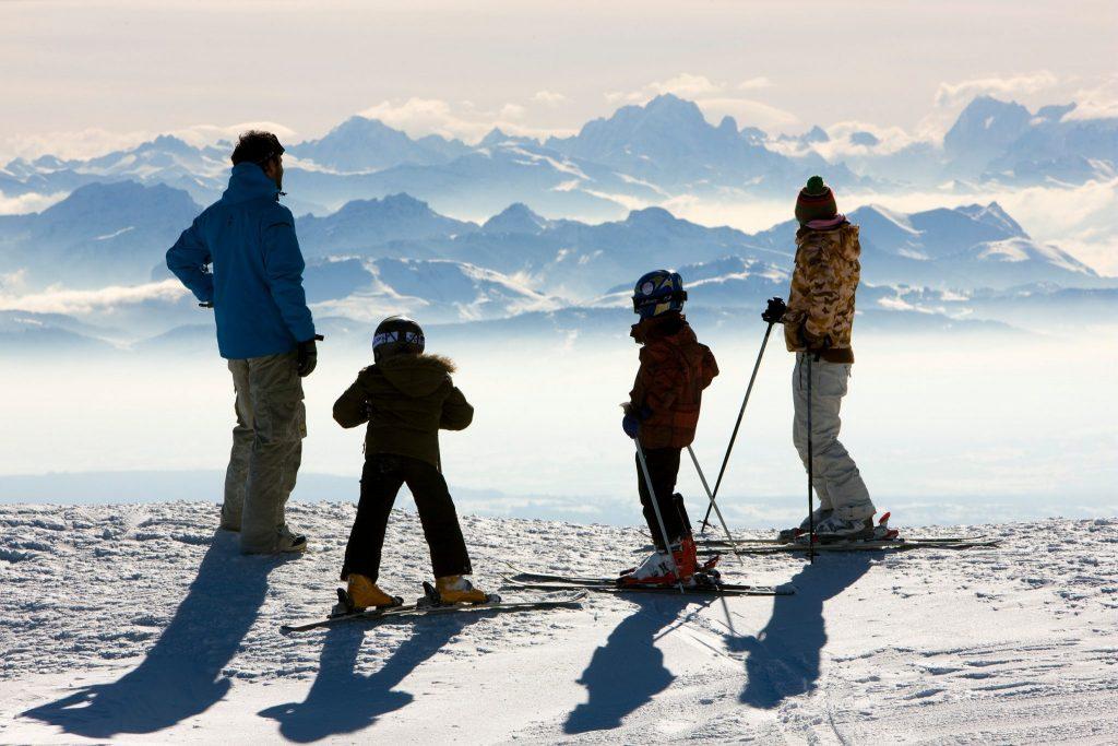 Famille en ski alpin admirant la vue