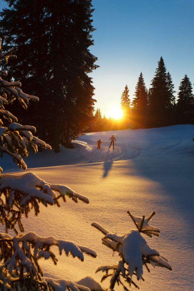 Ski nordique à la tombée de la nuit sur la Station des Rousses