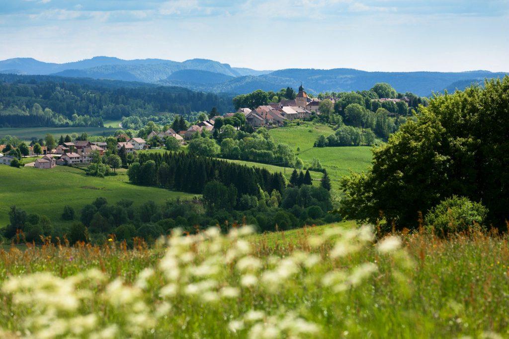 Vue sur la ville de Nozeroy © Stéphane Godin/Jura Tourisme