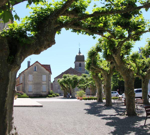 Place du village d'Arbois et vue sur l'église © Jura Tourisme