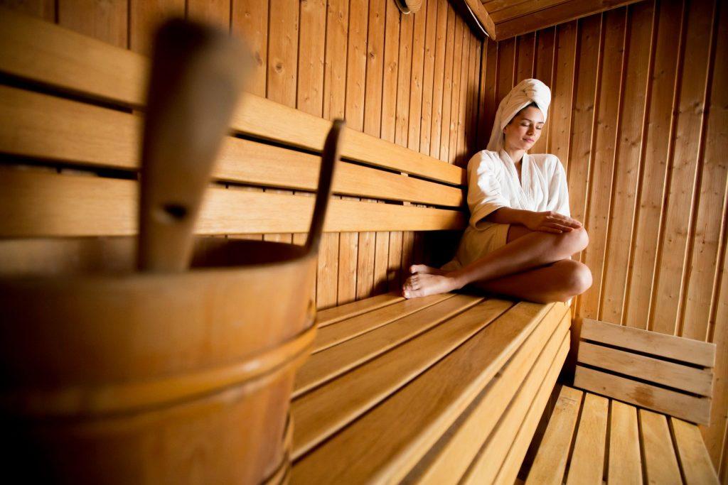 Jeune femme dans un sauna © Boggy/Fotolia
