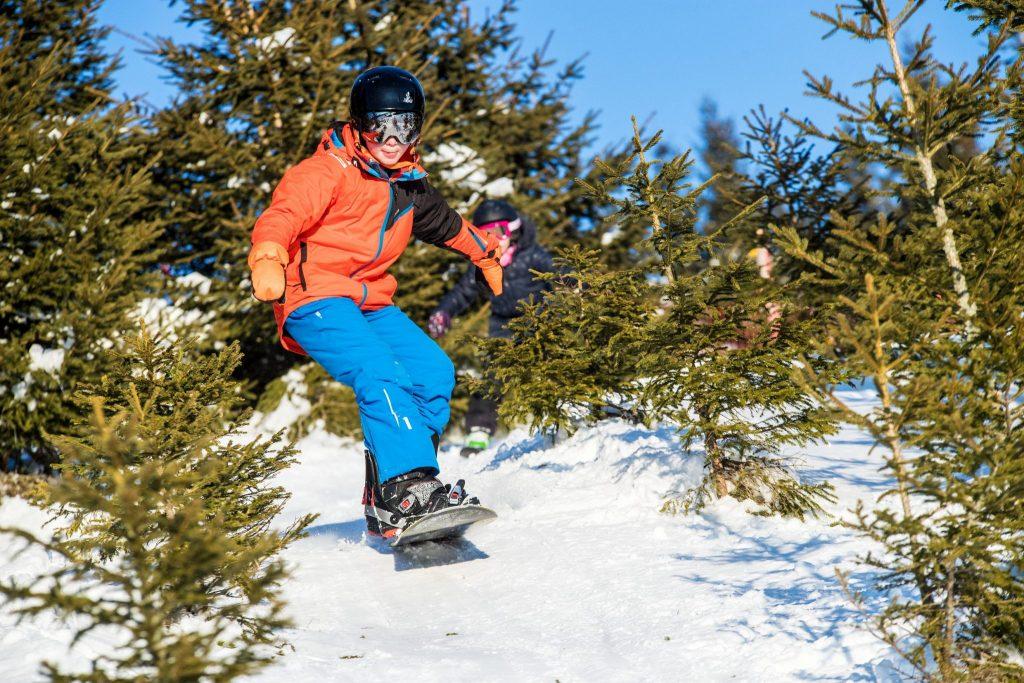 Enfant en snowboard à la station des gentianes