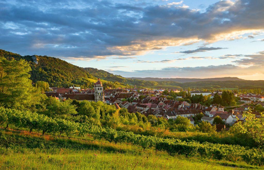 Vue sur les vignes et la ville de Poligny © Stéphane Godin/Jura Tourisme