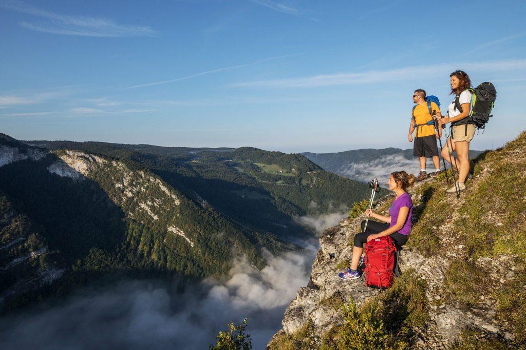 Randonneurs au belvédère sur les Grès à Septmoncel © Nicolas Gascard/Jura Tourisme