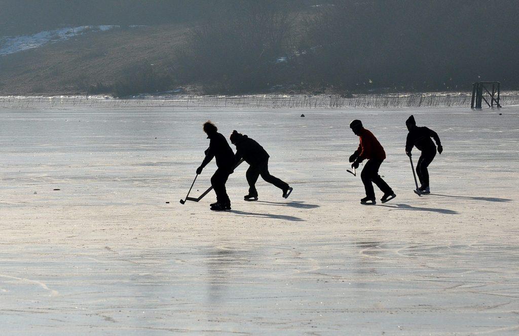 Partie de hockey sur glace sur lac gelé