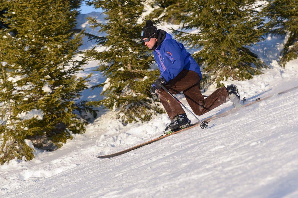 Skieur en télémark dans le haut-Jura