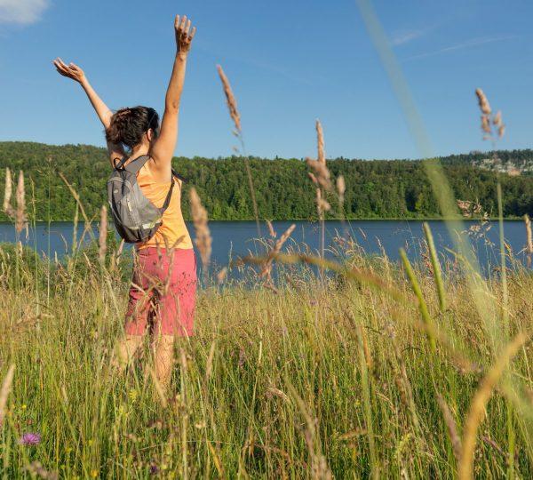 Femme randonnant autour du lac de Narlay