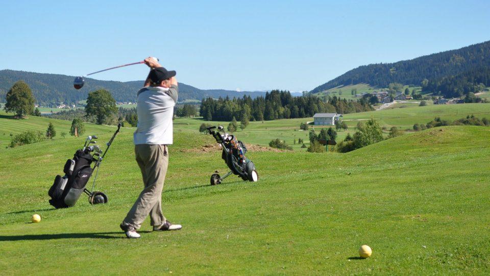 Golfeur au golf du Rochat à la Station des Rousses