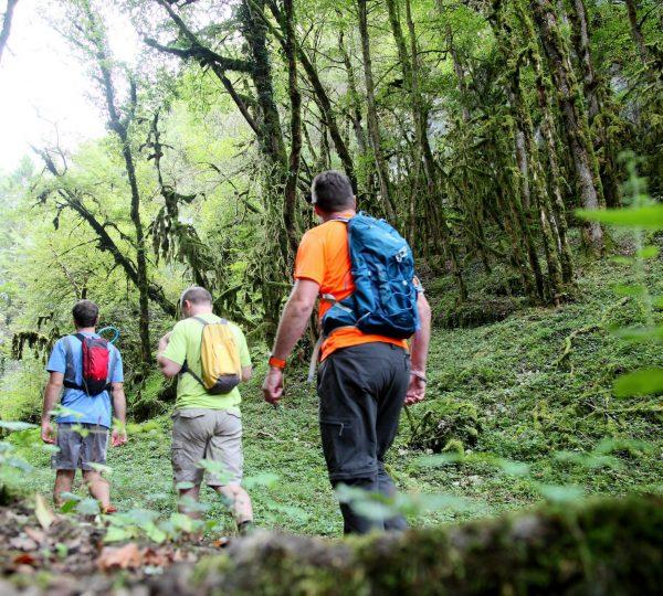 Randonneurs dans les Gorges du Dard © Vincent Gaudin/Jura Tourisme